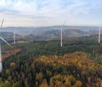 Zu sehen ist der Windpark Kahlberg, ein gemeinsames Windenergie-Projekt von Gaia und EnBW, der2018 in Betrieb ging.