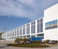 Zu sehen ist die PV-Anlage, die organische Photovoltaik-Folien enthält, die an der Fassade installiert sind.