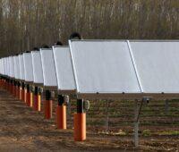 Zu sehen sind Sonnenkollektoren vom Solarheizwerk für für die Nahwärme St. Ruprecht.