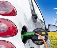 Zu sehen ist ein E-Auto mit Ladekabel. Das Gebäude-Elektromobilitätsinfrastruktur-Gesetz soll die Elektromobilität voranbringen.