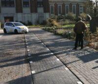 Ein Standbild zeigt wie sich ein Fahrzeug der in einen Parkplatz eingelassenen Solarmodule als Straßenbelag nähert.