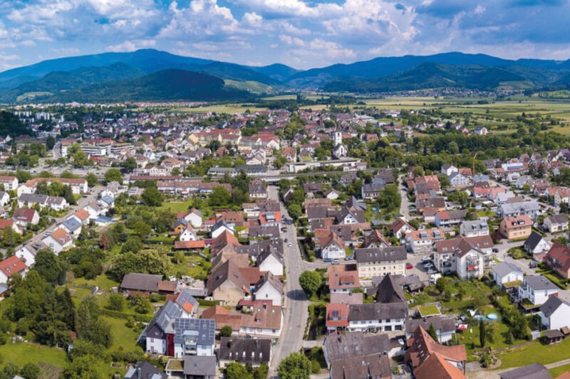 Luftbild der Gemeinde Denzlingen im Breisgau - im Hintergrund der Schwarzwald