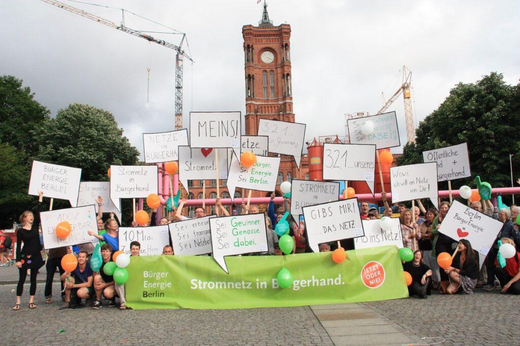 Zu sehen sind Mitglieder von BürgerEnergie Berlin, die für ihr Engagement einen Georg Salvamoser Preis 2021