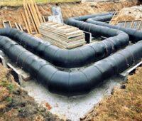 Geothermische Wärmenetze fristen noch ein Nischendasein. Zu sehen ist das Verlegen eines Wärmenetzes.
