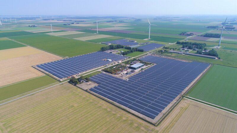 Zu sehen ist eine Luftaufnahme vom ersten Bauabschnitt vom Photovoltaik-Solarpark Lelystad.