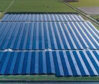 Block auf einen großen Solarpark auf einer ehemaligen Agrarfläche im Norden der Niederlande.