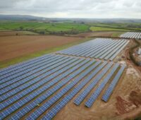 Zu sehen ist ein Solarpark ohne Förderung in UK. Solche Projekte konnten den Einbruch beim Photovoltaik-Zubau in UK zuletzt nicht stoppen.