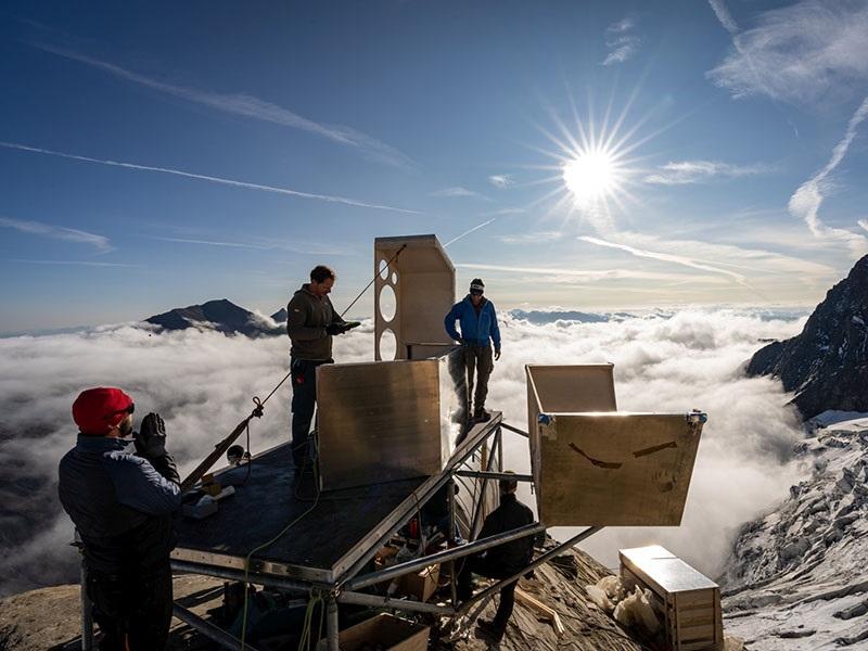 Zu sehen ist die Bauphase von der Solarthermie für das Bergsteiger-Biwak.