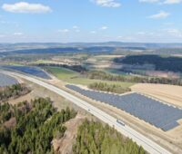 Zu sehen ist ein Luftbild vom Photovoltaik-Solarpark Rottenbach, an dem Ecosia nun eine Beteiligung erworben hat.