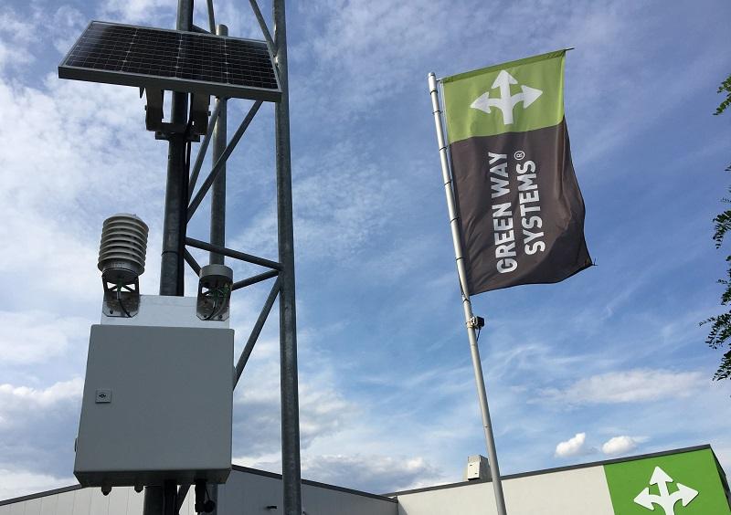 Zu sehen ist der Luftwächter, eine solarbetriebene Messstation zur Überwachung der Luftqualität, die mit einem Photovoltaik-Modul ausgestattet ist.