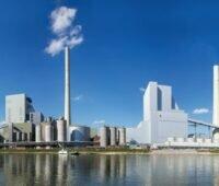 Ein konventionelles Kraftwerk entlang eines Flusses.