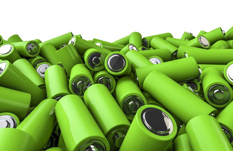 Haufen grüner Batterien vom Typ AA