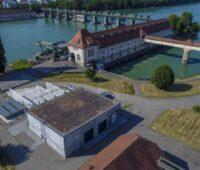 Ein Wasserkraftwerk überbrückt den Rhein bei Grenzach-Wylen an der Grenze zur Schweiz.