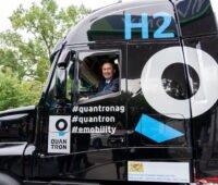 Bayern Minister Auwanger blickt aus einer Lkw-Zugmaschine.