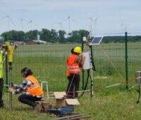 Zu sehen sind Forschenden, die eine Klimastation im Solarpark Weesow-Wilmersdorf erreichten, mit der sie die Auswirkung der Photovoltaik-Module auf die Austrocknung des Bodens untersuchen wollen.