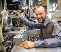 Zu sehen ist Dr. Tristat Petit, der einen ERC Starting Grant erhält, im Labor.