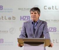 Zu sehen ist Bernd Rech, wissenschaftlicher Geschäftsführer des HZB, bei der Einweihung vom Katalysezentrum CatLab.