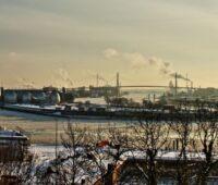Blick vom Altonaer Balkon über den Hamburger Hafen im Winter. Schornsteine qualmen.
