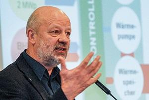 Zu sehen ist EWG-Präsident Hans-Josef Fell, der den Gesetzesvorschlag zur Vergütung für Kombikraftwerke federführend ausgearbeitet hat.