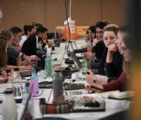 Zu sehen ist das interdisziplinäre Projektteam der Hochschule Biberach, das am internationalen Wettbewerb Solar Decathlon Europe 21 teilnimmt.