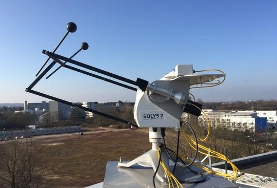 Zu sehen ist eine Messeinrichtung auf dem Dach der Hochschule Bonn-Rhein-Sieg. Die Promotion von Ina Neher geht um Photovoltaik-Erträge in Westafrika.