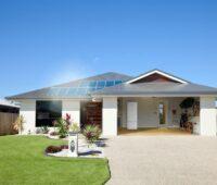 Einfamilienhaus mit Garage und Photovoltaik auf dem Dach.