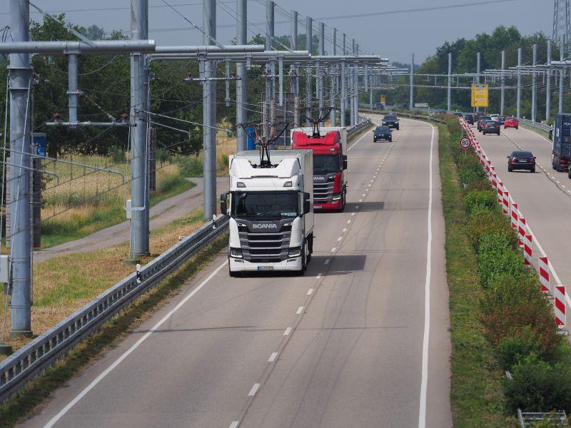Eine zweispurige Bundesstraße mit Oberleitungen für Hybrid-LkW.