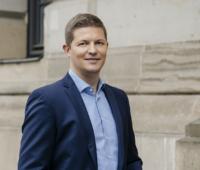 Zu sehen ist Dr. Daniel Teichmann, Mitgründer der Hydrogenious LOHC Technologies GmbH, nominiert in der Kategorie Aufsteiger beim Deutschen Gründerpreis.