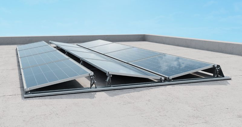 Montagesystem mit PV-Modulen auf einem Flachdach.