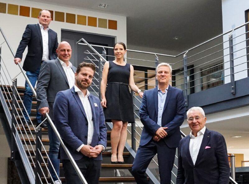 Zu sehen ist eine Gruppe von Mitarbeitenden von IBC Solar und Bosch.