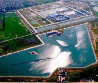 Zu sehen ist ein Luftbild mit großen Wasserbecken der Song Duong Wasseraufbereitungsanlage in Hanoi, die mit Photovoltaik für die Trinkwasserversorgung ausgestattet wird.