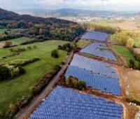 Zu sehen ist eine Photovoltaik-Freiflächenanlage. Mit solchen Anlagen kann der Flächenbedarf für erneuerbare Energien in Europa verringert werden.