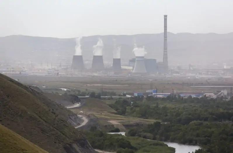 Zu sehen ist ein Kohlekraftwerk in der Mongolei. Laut Global Energy Review 2021 steigen die CO2-Emissionen besonders stark in Asien an.