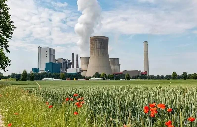 Zu sehen ist ein Kohlekraftwerk. Diese müssen laut IEA Roadmap für Netto-Null-Emissionen des globalen Energiesektors bald verschwinden.