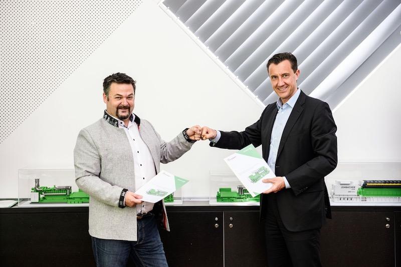 Zwei Männer mit Papieren in der Hand.