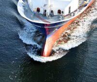 Zu sehen ist der Bug eines großen Schiffes. Ammoniak-Technologien könnten den Transport von Wasserstoff mit Schiffen erleichtern.