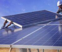 Das Foto zeigt Arbeiter bei der Installation einer PV-Anlage. Laut Global Renewables Outlook könnte die Zahl der Arbeitsplätze im Bereich der erneuerbaren Energien bis zum Jahr 2050 weltweit auf 42 Millionen steigen.