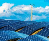 Das Foto zeigt eine große Photovoltaikanlage. Die erneuerbare Energie weltweit ist stark durch die Photovoltaik dominiert.i