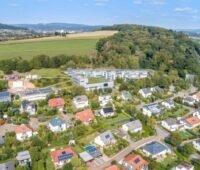 Zu sehen ist die im Projekt Wind-Solar-Wärmepumpenquartier untersuchte Solarsiedlung am Südhang des Ohrbergs bei Hameln.