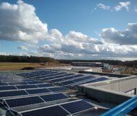 Photovoltaik-Module auf einem Industriedach.