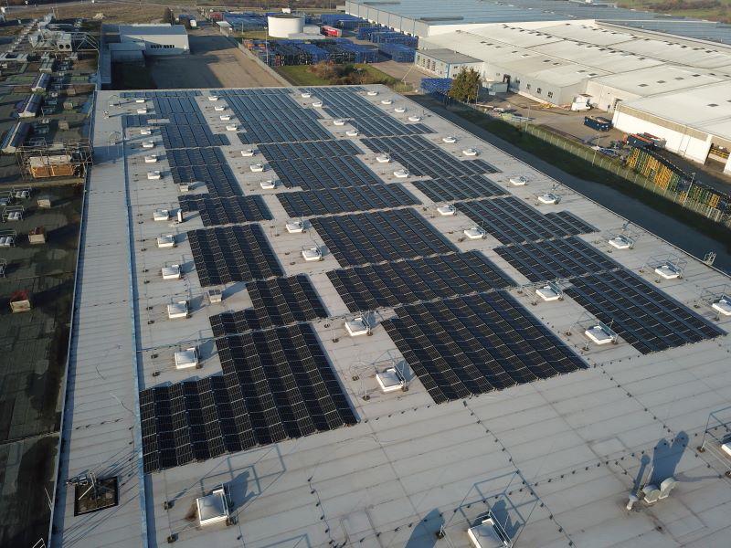 Blick auf Gewerbedächer mit Photovoltaik.