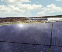 Zu sehen ist eine Photovoltaik-Dachanlage. 15 Gigawatt Photovoltaik-Zubau im Jahr sind laut SMA nötig.