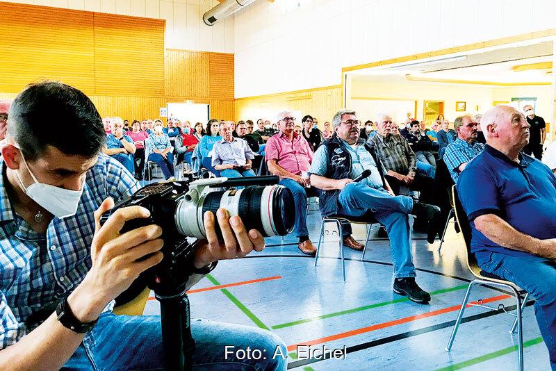 Volle Halle bei der Bürger:innenversammlung zu Wärmenetz, Solarthermie und Saisonalspeicher
