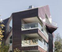 Zu sehen ist ein Wohngebäude als Beispiel für gelungene Bauwerkintegrierte Photovoltaik.