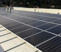PV-Modulöe auf dem Dach des spanischen Büros von New Balance
