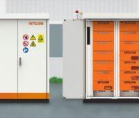 Das Lithium-Ionen-Speichersystem scalebloc links geschlossen und rechts mit offener Tür.