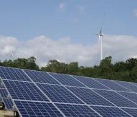 Zu sehen sind PV-Module und Windkraft-Anlagen, die zum Zubau der Stromleistung aus erneuerbaren Energien 2020 weltweit am meisten biegetragen haben.