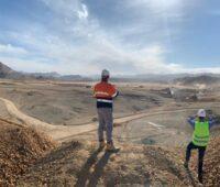 Zu sehen ist eine bergige Wüstenlandschaft. Hier soll das weltweit größte Offgrid-Photovoltaik-Hybrid-Projekt in der Minenindustrie entstehen.