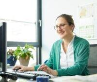 Zu sehen ist Doris Andresen, erfahrene Projektleiterin am Kompetenzzentrum Contracting der KEA-BW, die Kommunen, Contractoren und Projektierungsunternehmen im Rahmen vom Förderangeot ProECo berät.