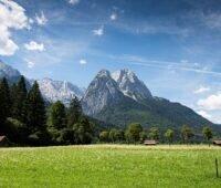 Zu sehen ist eine Alpenlandschaft ohne Windenergieanlage. Die Ablehnung der Windenergie verursacht laut KIT Mehrkosten beim Strom.